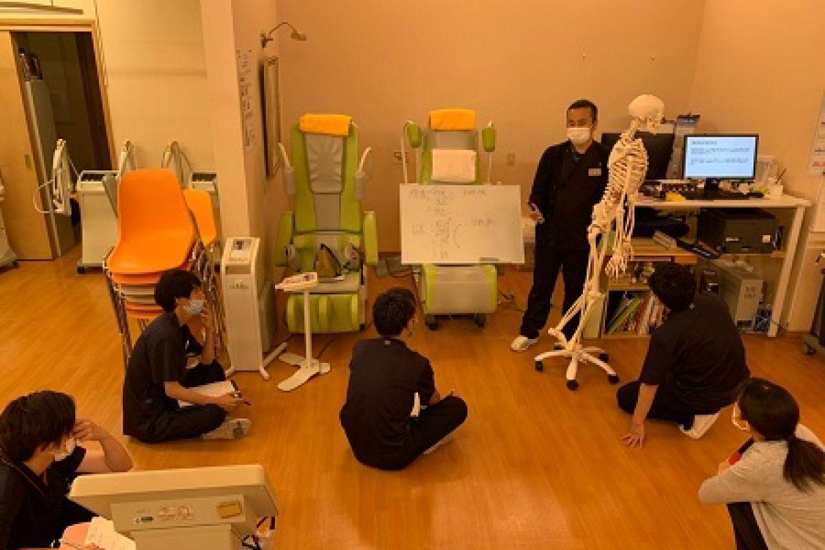 【運動療法室勉強会】 月に1回勉強会を開催しています。